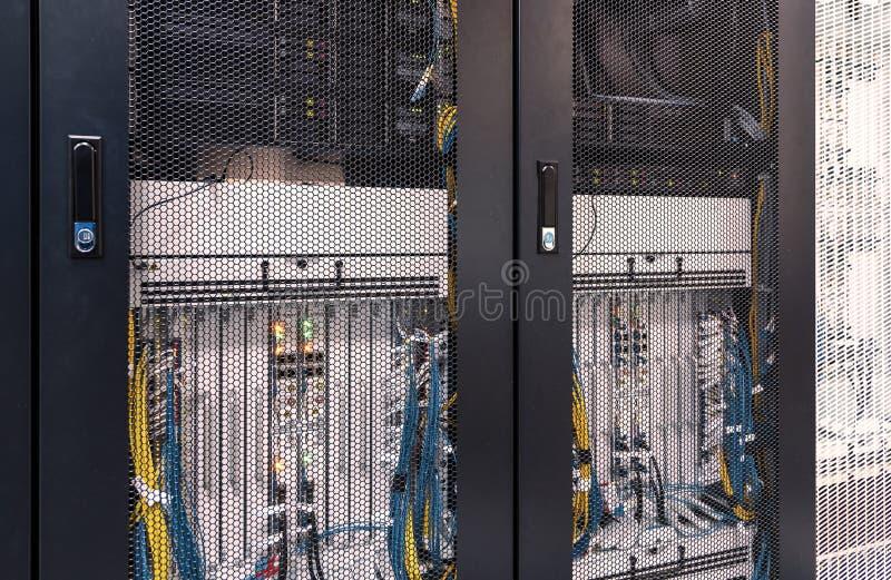 Ansicht über die Server-seitigen Türen des Gitters mit Ausrüstung des beweglichen Verbindungs-Hardware-Inneres Rotes Tonen, Schär stockbilder