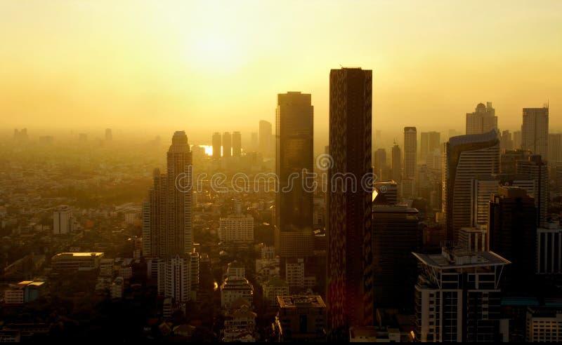 Ansicht über die Stadt von Bangkok mit seinen skycrapers bei Sonnenaufgang stockbilder