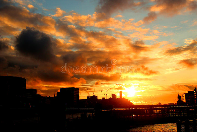 Ansicht über die Themse lizenzfreie stockbilder