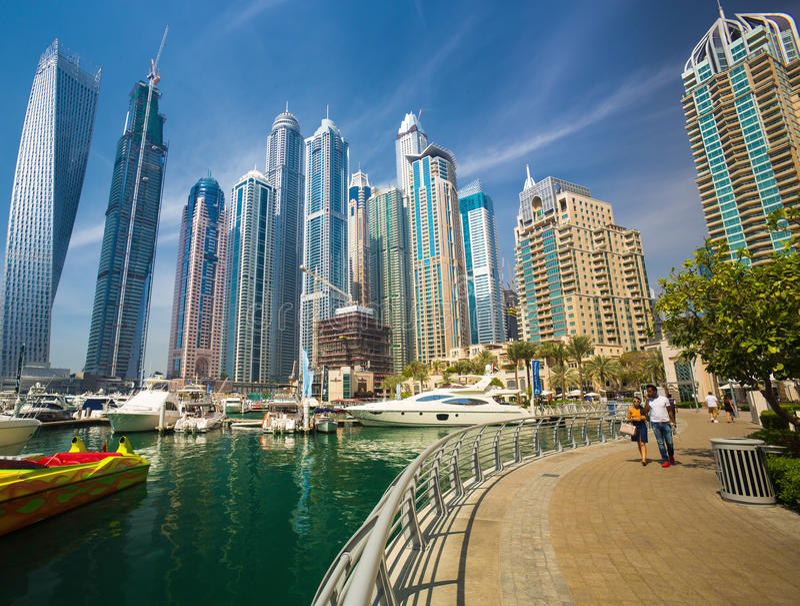 Ansicht über Dubai-Jachthafenwolkenkratzer und den Luxus-superyacht Jachthafen, Dubai, Vereinigte Arabische Emirate lizenzfreies stockbild