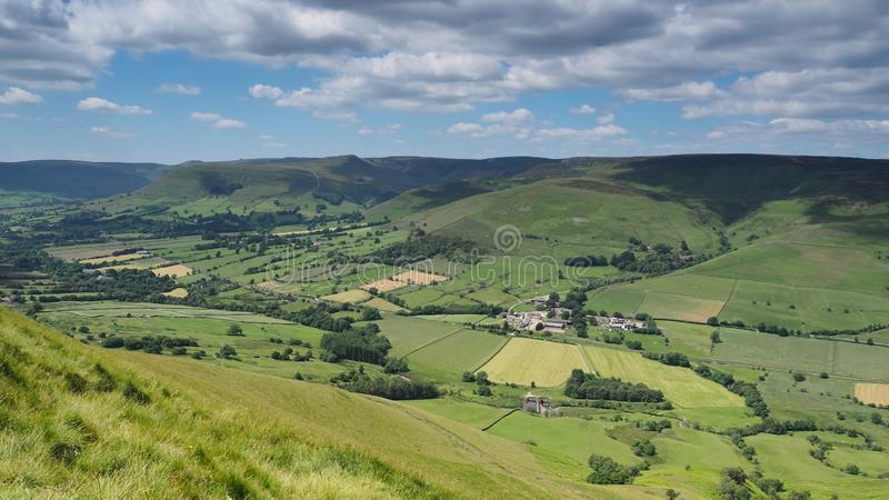 Ansicht über Edale-Tal und nettere Pfadfinderhochebene mit weißen Wolken und blauem Himmel, Höchstbezirk, Großbritannien stockfotos