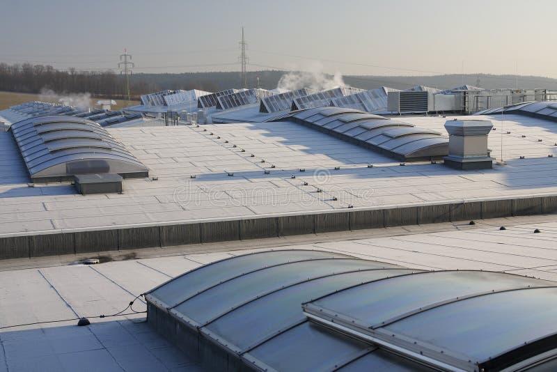 Ansicht über ein Fabrikdach lizenzfreie stockfotografie