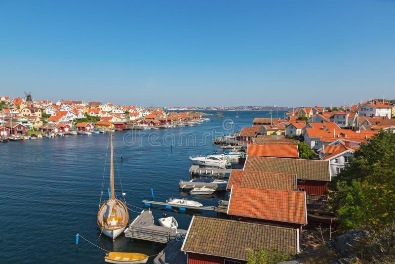 Ansicht über ein Küstendorf auf schwedischer Westküste lizenzfreies stockbild
