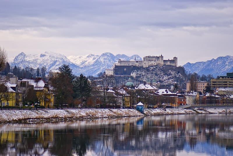 Ansicht über eine kleine europäische Stadt von den Hügeln stockfotos