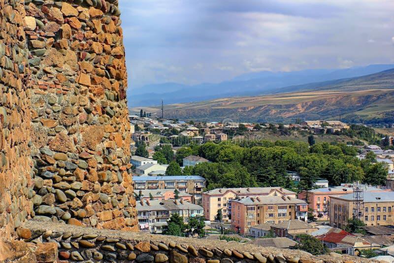 Ansicht über eine Stadt von der Backsteinmauer des alten Schlosses stockbild