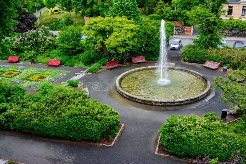 Ansicht über einen Park mit Brunnen in Deutschland lizenzfreie stockbilder
