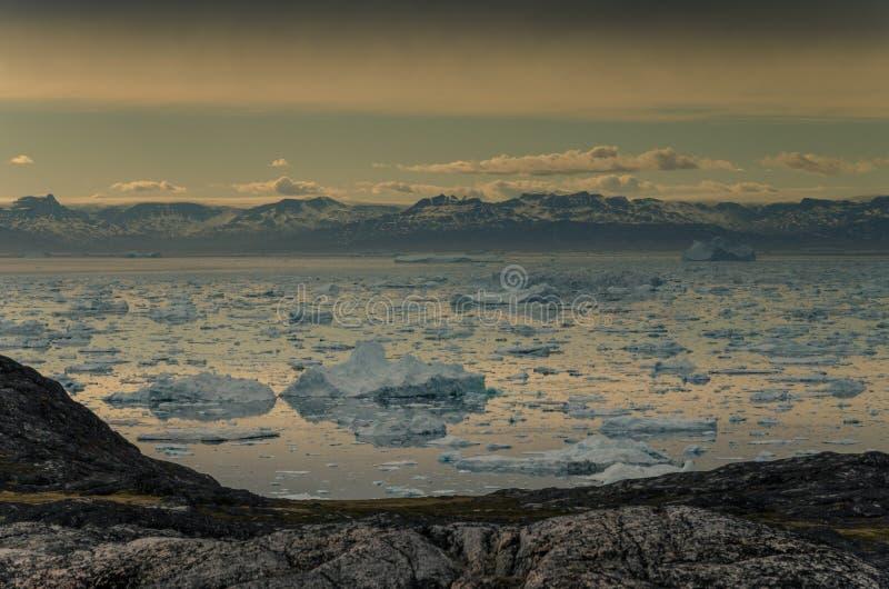 Ansicht über Eisberge in Disko-Bucht, Ilulissat, Grönland lizenzfreie stockbilder