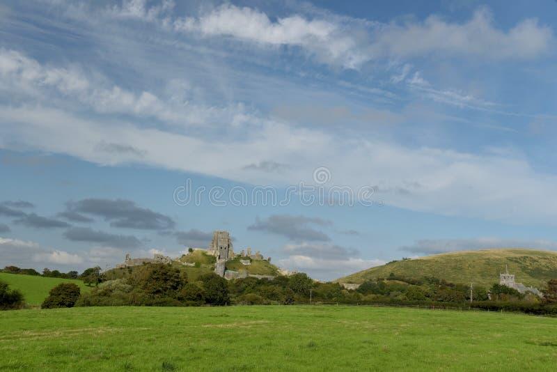 Ansicht über Felder zu Corfe-Schloss lizenzfreie stockfotografie