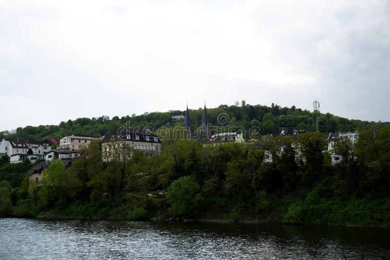 Ansicht über Gebäude nahe einem Hügel im bingen sind in Hessen Deutschland hauptsächlich lizenzfreie stockfotos