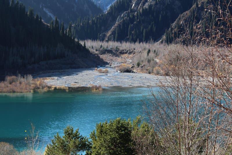 Ansicht über Gebirgssee- und -flussdelta lizenzfreie stockbilder