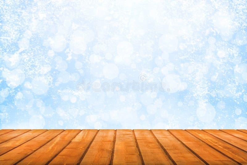 Ansicht über hölzerne Planken auf einem Hintergrund von bstract Winterschneefällen stockfotos