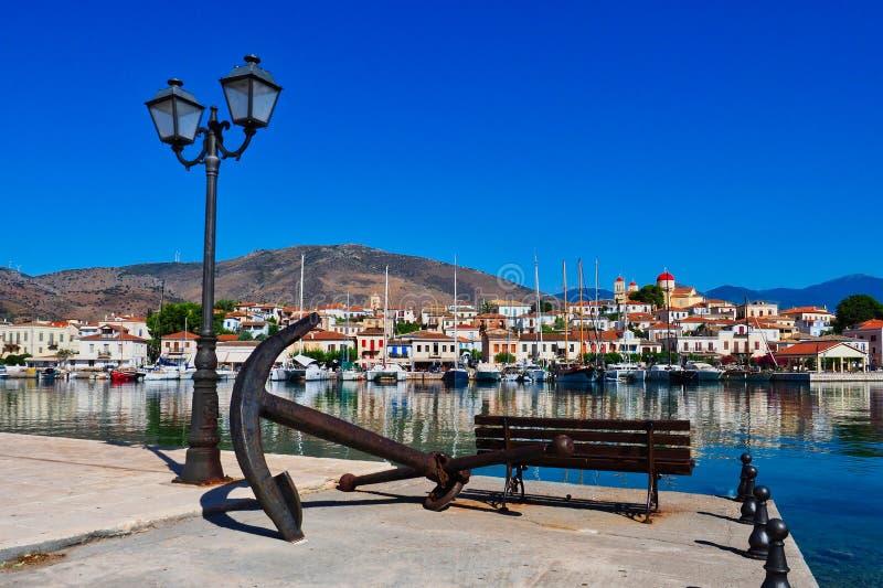Ansicht über Hafen zu Galaxidi-Stadt mit Kirche auf Bergkuppe, Griechenland lizenzfreie stockfotos