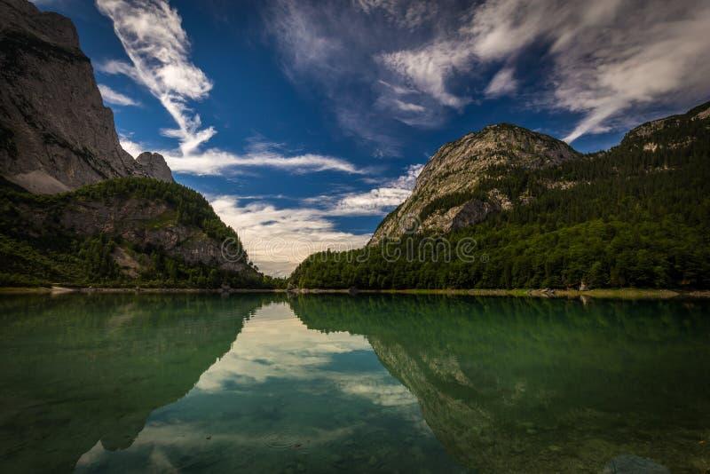 Ansicht über Hinterer Gosausee unter Dachstein mit tiefem blauem Himmel und perfekte Reflexion auf Wasser nahe Salzburg stockfotos