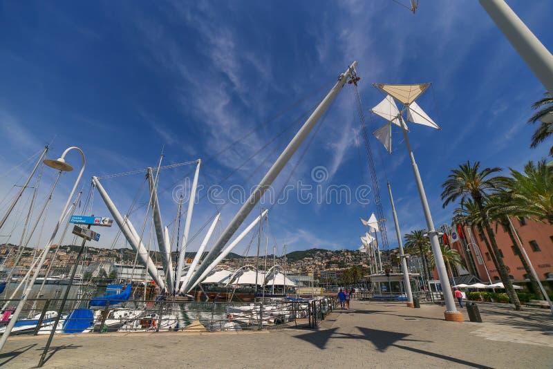 Ansicht über italienischen Hafen Porto Antico von Genua mit Bigo-Aufzug stockfotografie
