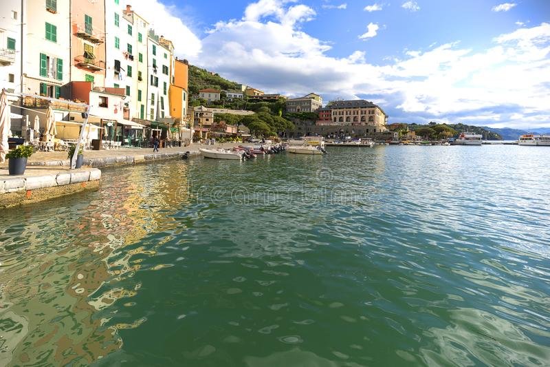 Ansicht über Küste und Boote im Hafen, typische bunte Häuser, Riviera di Levante, Porto Venere, Cinque Terre, Italien lizenzfreie stockfotografie