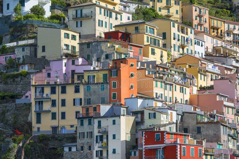 Ansicht über Küste und typische bunte Häuser im kleinen Dorf, Riomaggiore, Cinque Terre, Italien stockfotografie