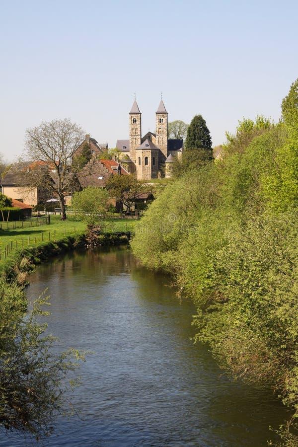 Ansicht über kleines Fluss RUR auf Basilika von Sint Odilienberg nahe Roermond - den Niederlanden stockbild