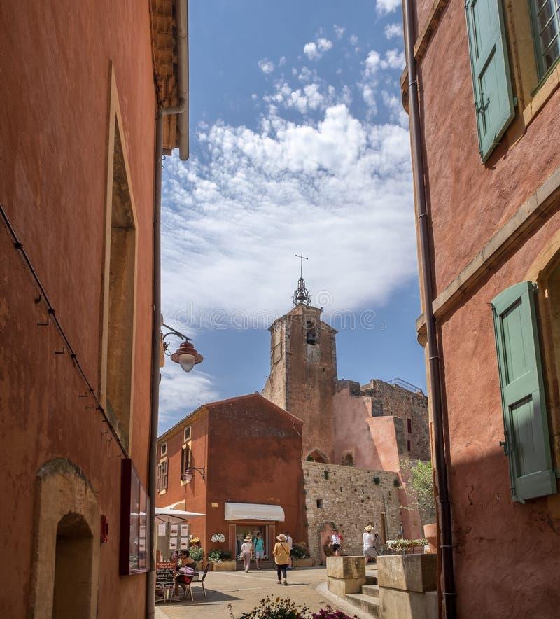 Ansicht über kleines Quadrat mit roten Häusern und Souvenirladen am Dorf von Roussillon, Provence stockfoto
