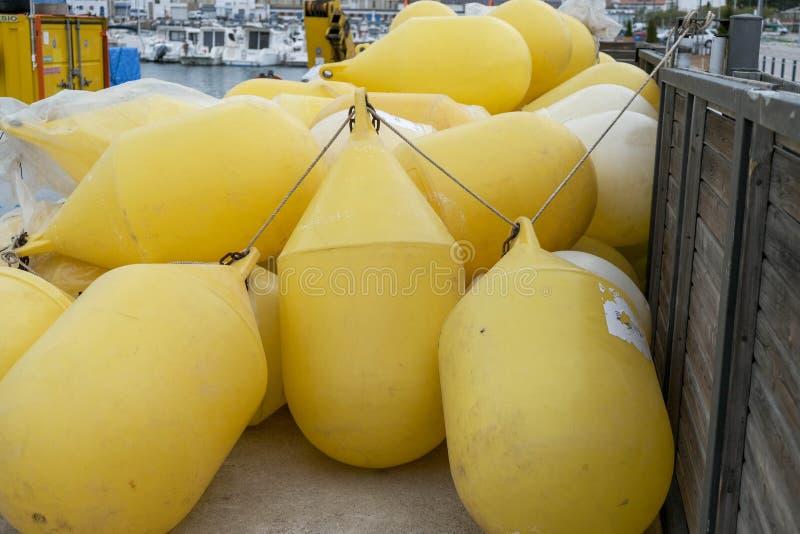 Ansicht über Lagerung der Seebojen auf dem Dock lizenzfreies stockbild