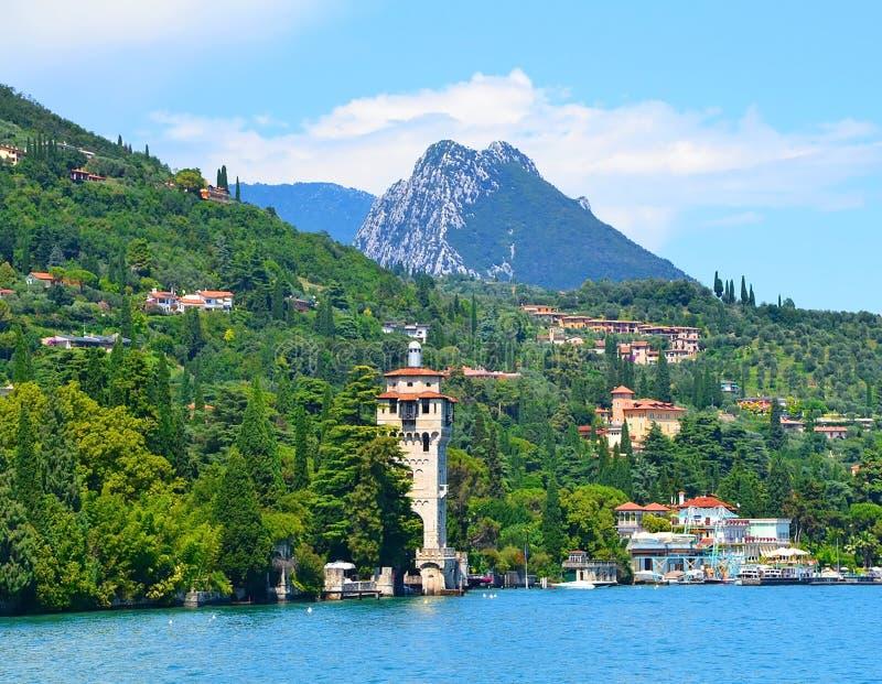Ansicht über Lago di Garda, Toscolano Maderno Schöne Ansicht der Stadt und der Berge Lago di Garda, Lombardei-Region, Italien lizenzfreies stockfoto