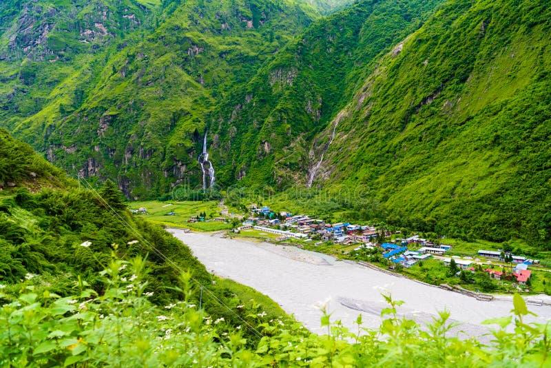 Ansicht über Marsyangdi-Fluss und Tal-Dorf auf Annapurna umkreisen, Nepal lizenzfreie stockfotografie