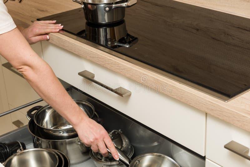 Ansicht über modernen Kocher mit offenem Fach unter dem Ofen stockfoto