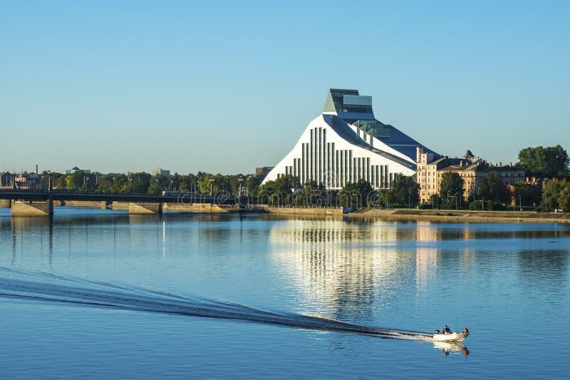 Ansicht über modernes Gebäude und Fluss stockbild