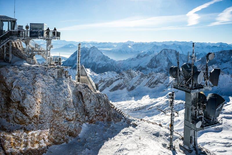 Ansicht über mountainranges von Zugspitze stockbild