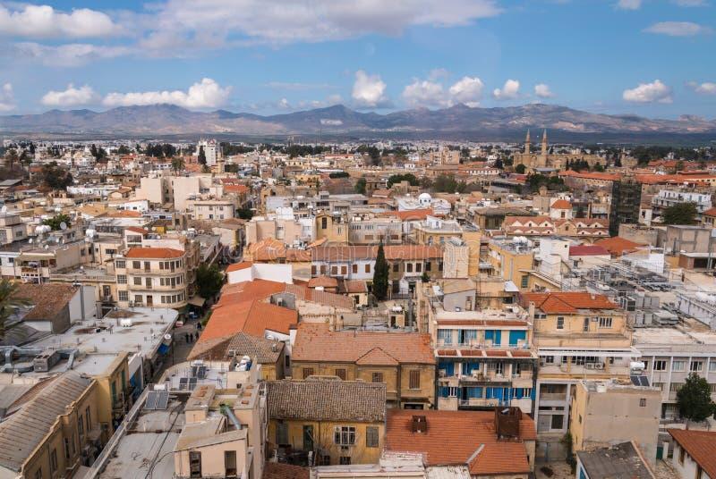 Ansicht über Nikosia in Richtung zu Nord-Zypern stockfotos