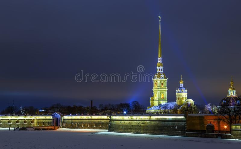 Ansicht über Peter- und Paul-Kirche auf Winternacht, Glühen vom Sonnenunterganglicht im Hintergrund, Sankt-Peterburg lizenzfreie stockfotografie