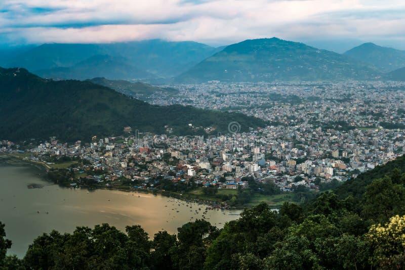 Ansicht über Pokhara-Stadt und Phewa See, Nepal lizenzfreie stockfotografie