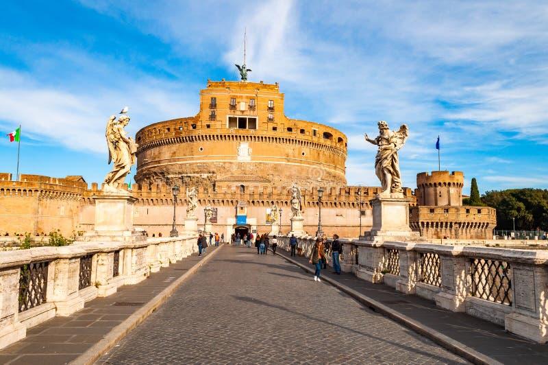 Ansicht über Ponte Sant 'Angelo, Aelian-Brücke oder Pons Aelius, Brücke von Hadrian mit berühmtem Castel Sant 'Angelo, Schloss vo lizenzfreie stockfotos