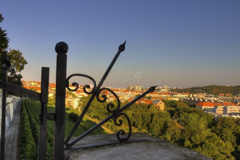 Ansicht über Prag-Stadtbild hinter einem dekorativen metallischen Zaun/einem Tor stockfotos