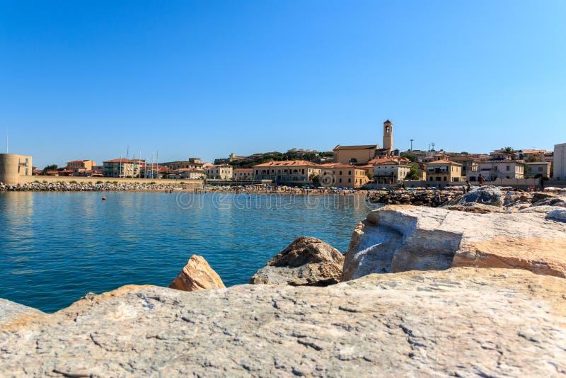 Ansicht über San Vincenzo von der Seeseite, Toskana, Italien stockfotos