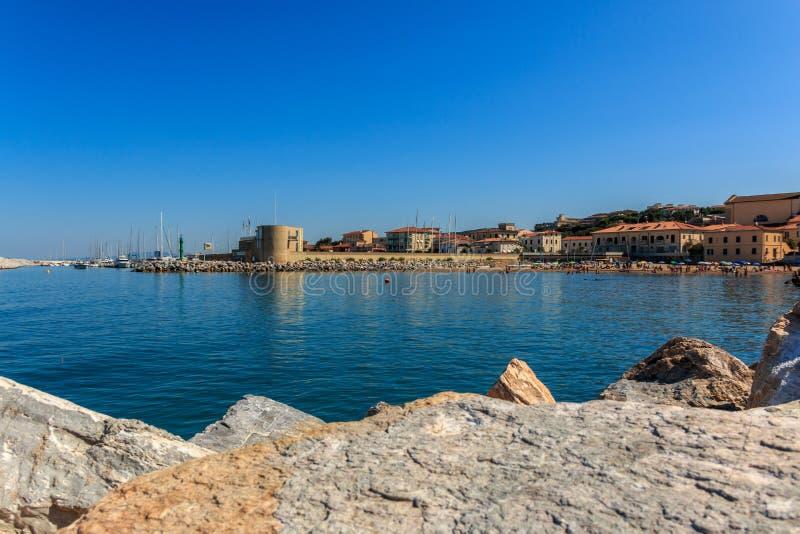 Ansicht über San Vincenzo von der Seeseite, Toskana, Italien stockbild