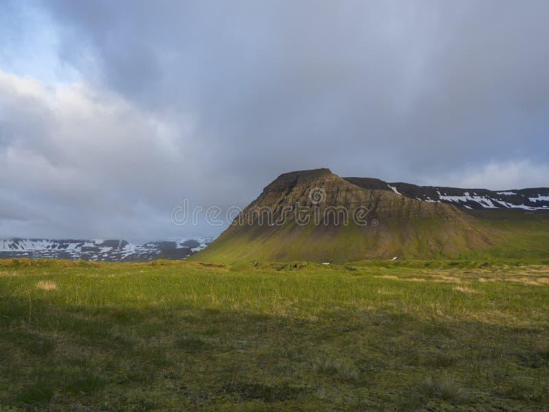 Ansicht über schönen Schnee bedeckte Klippen Berg und Hügel in Fljotavik-Bucht, Hornstrandir, Westfjorde, Island, lizenzfreies stockfoto