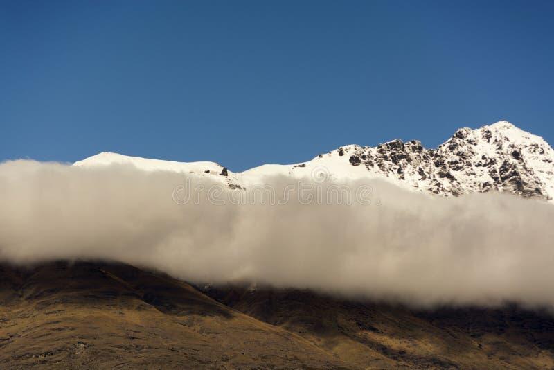 Ansicht über schneebedeckte Bergspitze in Queenstown, Neuseeland stockbild
