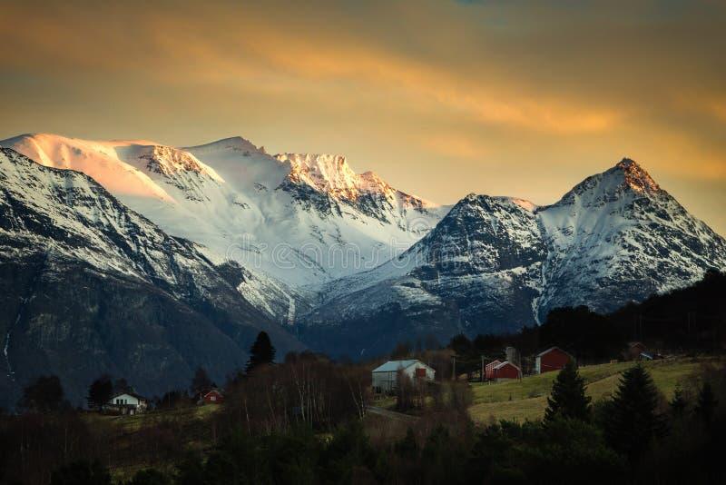 Ansicht über schneebedeckte Trollheimen-Berge von Sunndalsfjorden-Bereich lizenzfreie stockfotografie