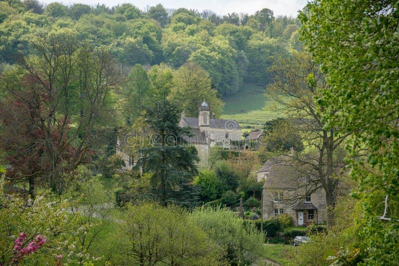 Ansicht über Sheepscombe mit Dorfkirche, das Cotswolds, Gloucestershire, Vereinigtes Königreich stockfotografie