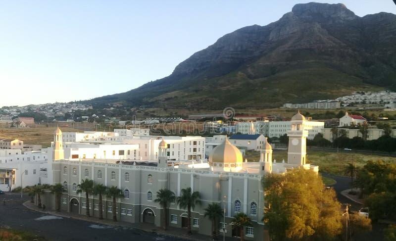 Ansicht über Stadt und Tabellen-Berg vom seaa versehen mit Seiten lizenzfreie stockfotos
