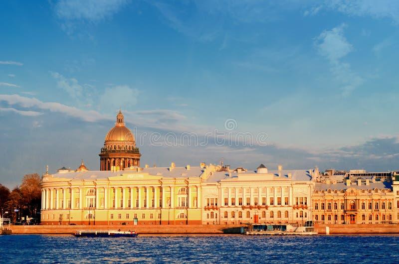 Ansicht über tne Neva-Fluss und Kathedrale St. Isaacs stockfoto