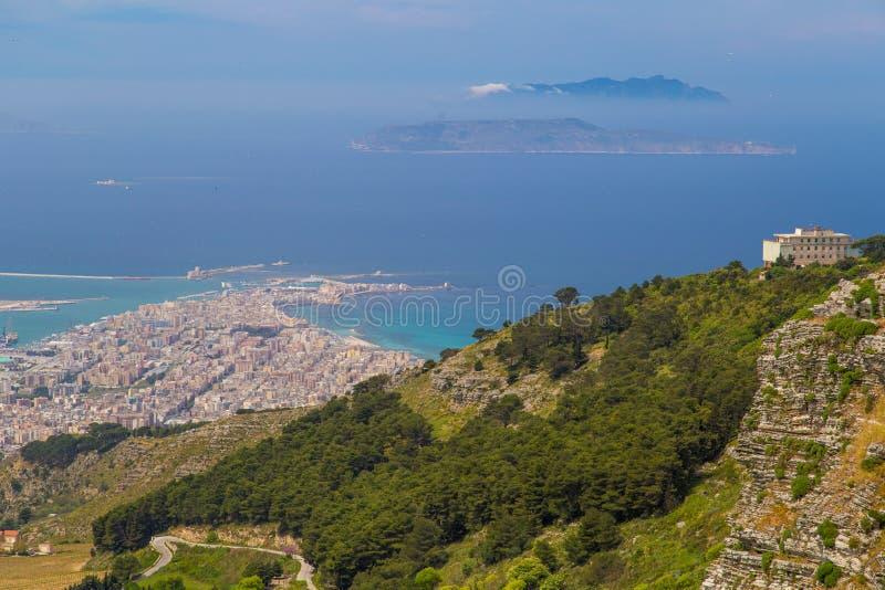Ansicht über Trapani und Isola di Levanzo von Erice-Hügeln lizenzfreies stockfoto