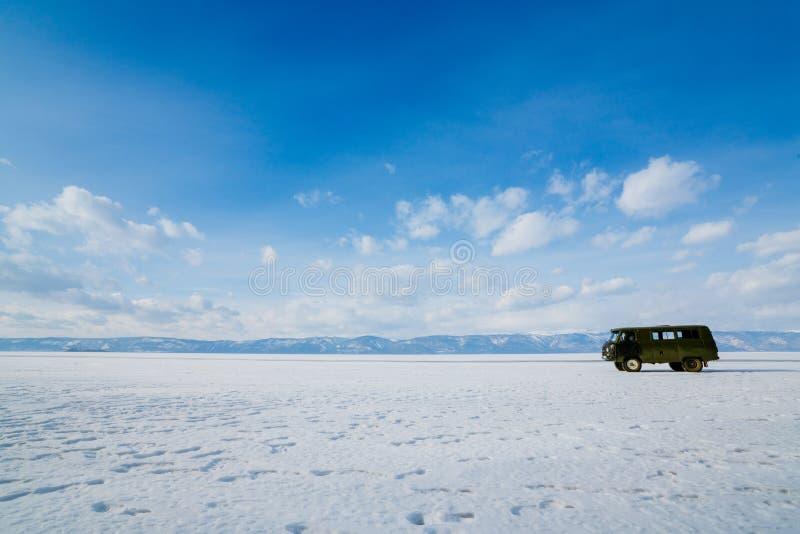 Ansicht über und durch Eis auf gefrorenen Feldern vom Baikalsee mit Auto lizenzfreies stockfoto