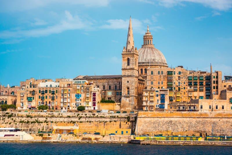 Ansicht über Valletta mit dem St. Pauls Cathedral und Charmelite lizenzfreie stockbilder