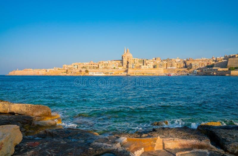 Ansicht über Valletta mit seiner Architekturkathedrale vom Meer stockfotos