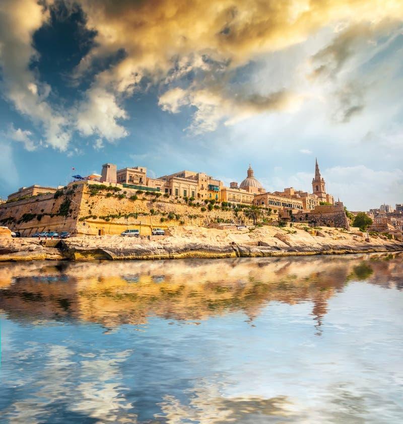 Ansicht über Valletta vom Meer lizenzfreie stockfotos