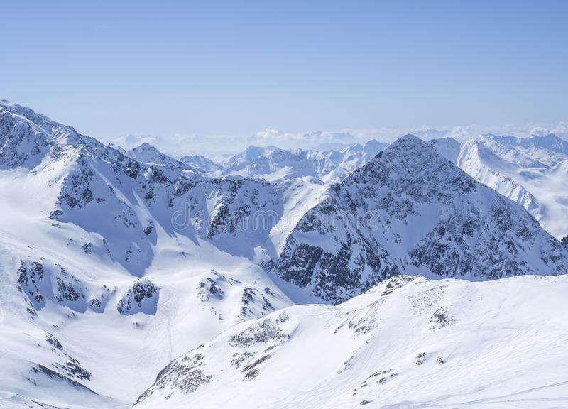 Ansicht über Winterlandschaft von der Spitze Schaufelspitze-Berges an Skigebiet Stubai Gletscher mit Schnee umfasste Spitzen an stockbild