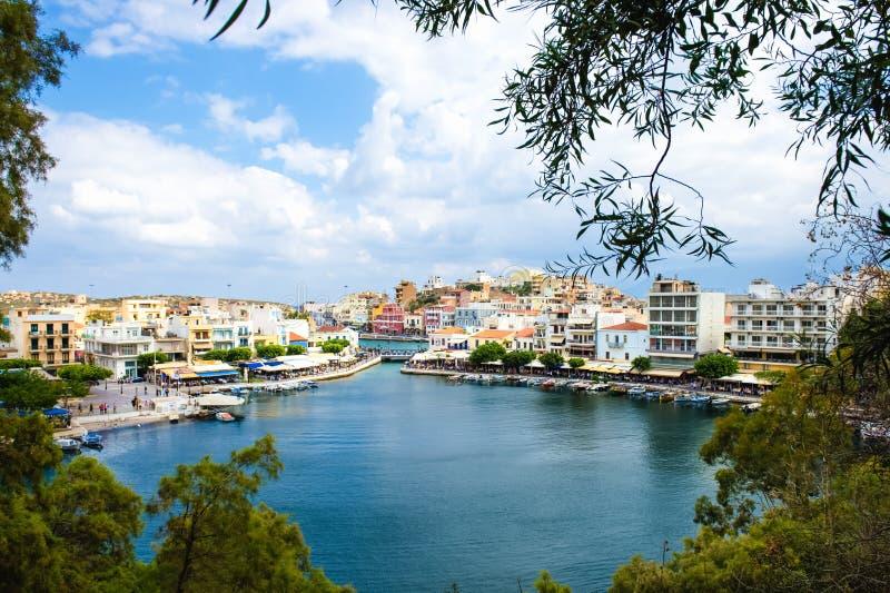 Ansicht Agios Nikolaoss See Voulismeni stockfotos