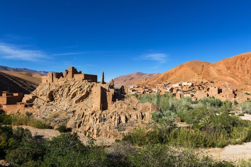 Ansicht Ait Ali Kasbahs und Dorf im Dades sättigen sich stockbilder
