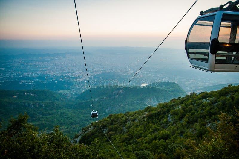 Ansicht 2016 Albaniens Tirana von Dali-moutain zur Stadt Linie trolleyin eine Abendsonne stockfoto
